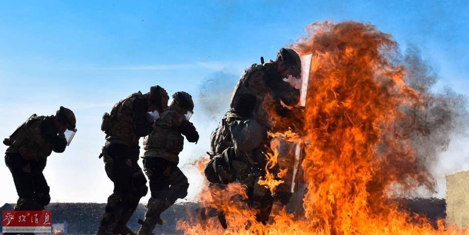 在训练中,美军士兵需要手持防爆盾冲入模拟燃烧瓶的火焰中,需要克服恐惧心理,对士兵的胆量有一定挑战。