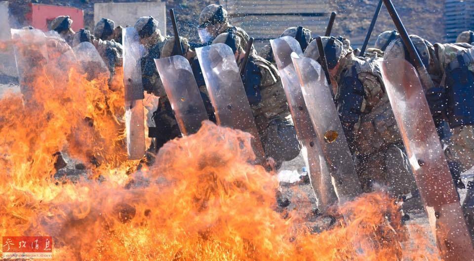 由于在阿富汗、伊拉克等地区执行维和行动时,很有可能遭遇反美游击队使用燃烧瓶袭击,在训练中越贴近实战,士兵们才能越做到临危不乱。