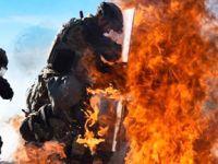 不惧烈焰!美军士兵演练应对燃烧瓶袭击