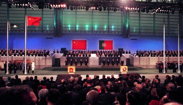 2019-12-11零时,中华人民共和国国旗和中华人民共和国澳门特别行政区区旗在澳门文化中心花园馆升起。