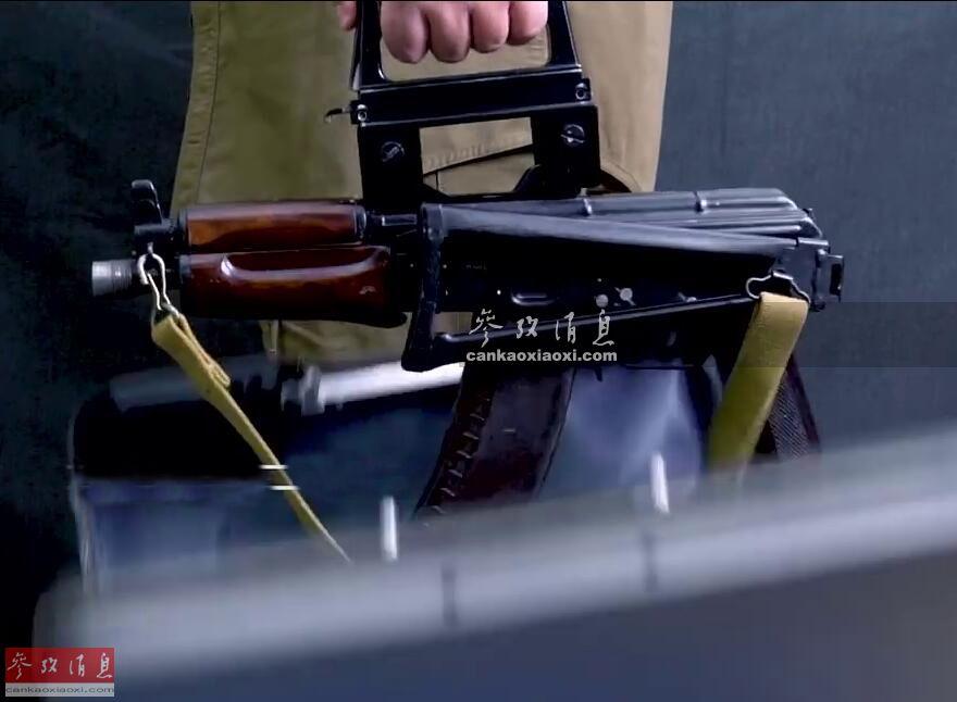"""""""护卫""""特种手提箱的历史可追溯至1980年的莫斯科奥运会,当时苏联内务部出于增强反恐安保和特战需要,急需一种可以(在不便于公开使用枪械的场所)隐秘携带的特种武器系统。图中只要按下提把上的按钮后快速开箱,枪手可迅速持枪,进行射击。"""