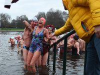 伦敦举办圣诞冬泳赛