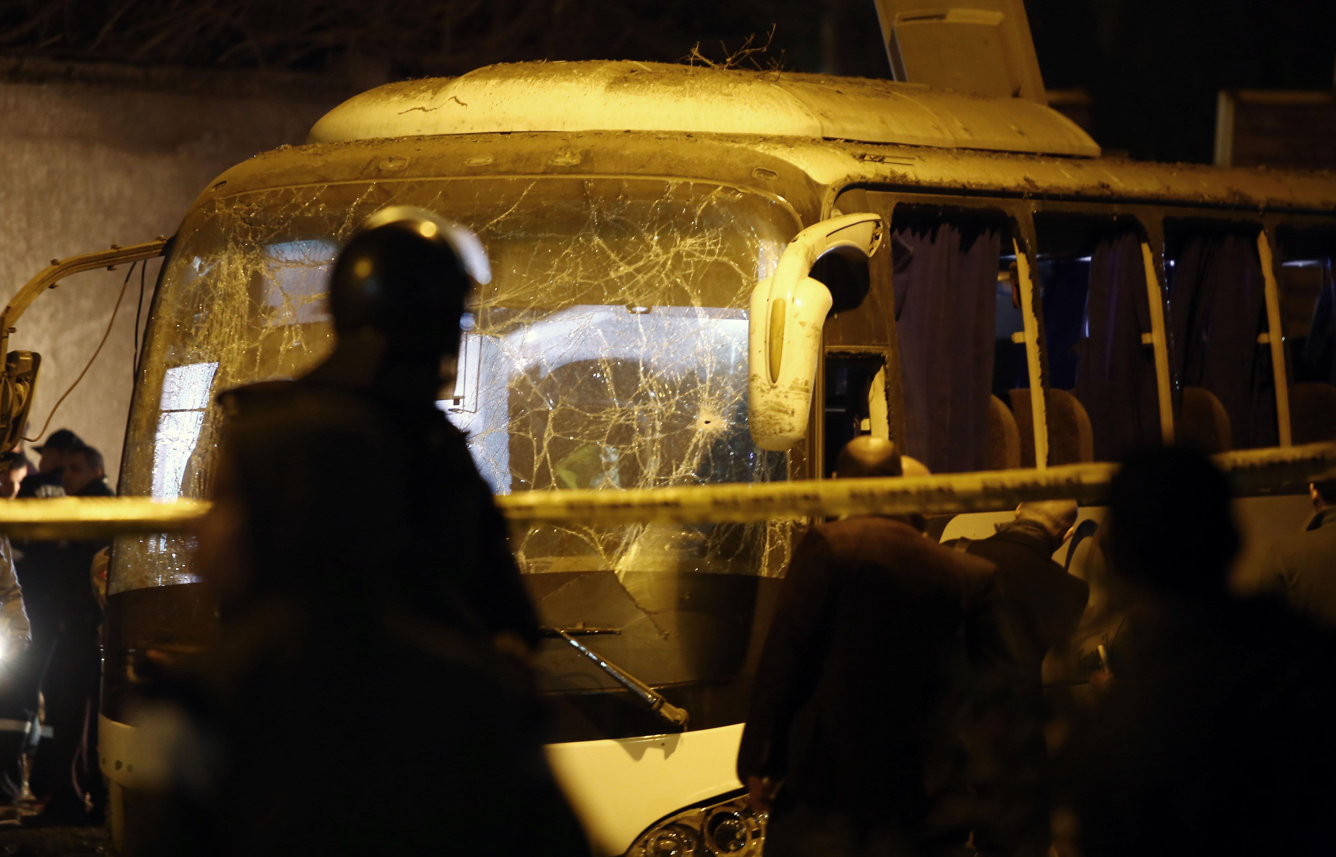 埃及一旅游巴士遭路边炸弹袭击3人死亡