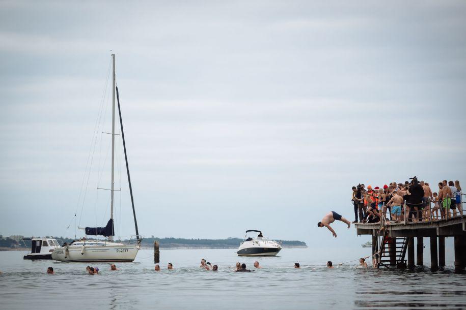 1月1日,在斯洛文尼亚波尔托罗日的亚得里亚海边,一名男子参加迎新年冬泳活动时跳入海里。新华社/法新44