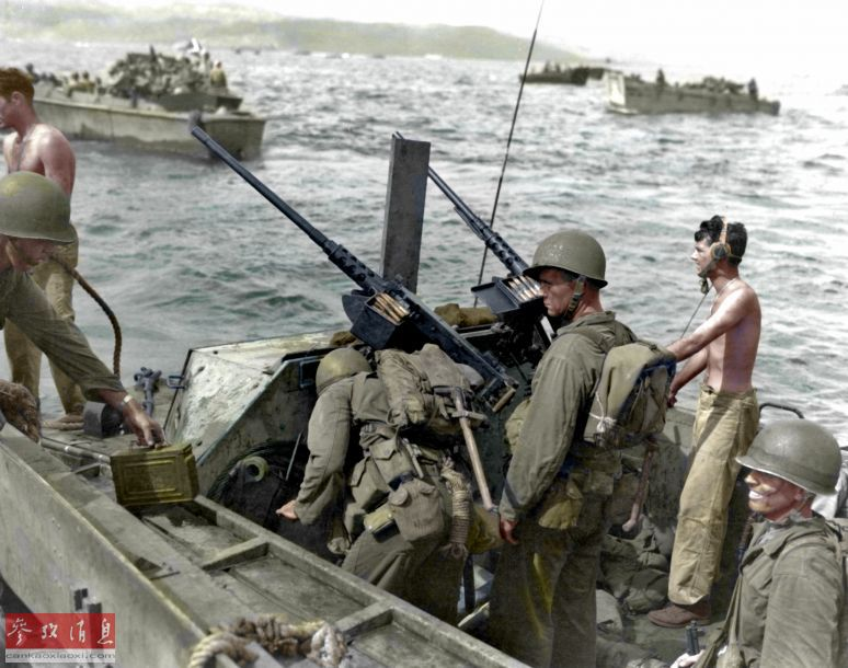 图为二战后期夺岛作战期间,即将向日军占领岛屿发动两栖突击的美军LVT两栖突击车,车上可见2挺M2重机枪。41