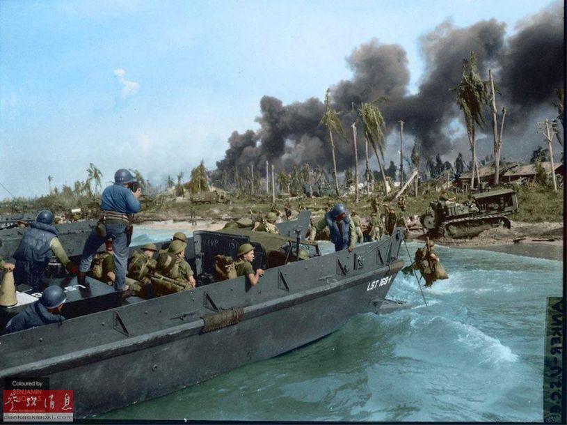 一艘美军登陆艇将后续部队运抵滩头,可见已有美海军工兵部队的推土机在平整滩头阵地,准备为后续部队抵达,并向内陆推进做准备。