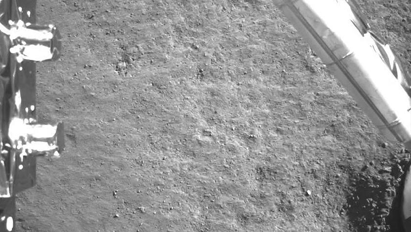 嫦娥四号探测器传回近距离拍摄的月背影像图