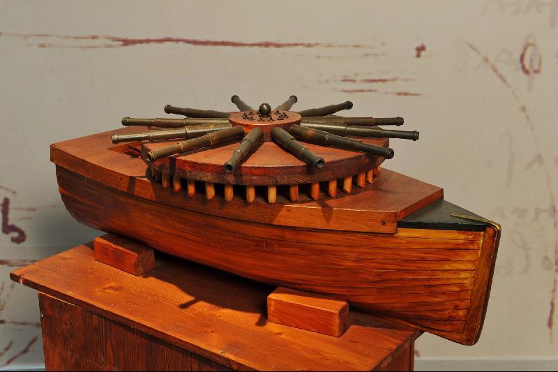 """根据达芬奇的设想,战舰上的""""圆形多功能炮台""""是在一只特制的战船上装一个旋转台,台上有数排大炮,可发射燃烧弹,击沉敌军船只。""""圆形多功能炮台""""底部是一个回转平台,装有12组大炮,这些大炮可同时射击,而不会令船只偏移预定航线。"""