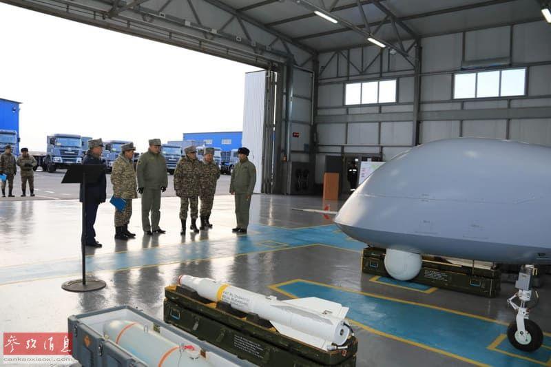 """哈空军高层视察""""翼龙""""攻击型无人机,本图可见AKD-10导弹的细节。"""