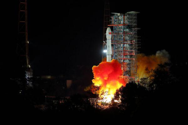 12月8日2时23分,我国在西昌卫星发射中心用长征三号乙运载火箭成功发射嫦娥四号探测器,开启了人类首次月球背面软着陆的探测之旅。新华社记者 江宏景 摄