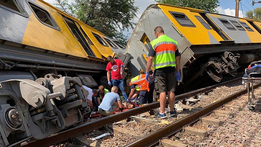 南非客运火车相撞 造成数百人死伤