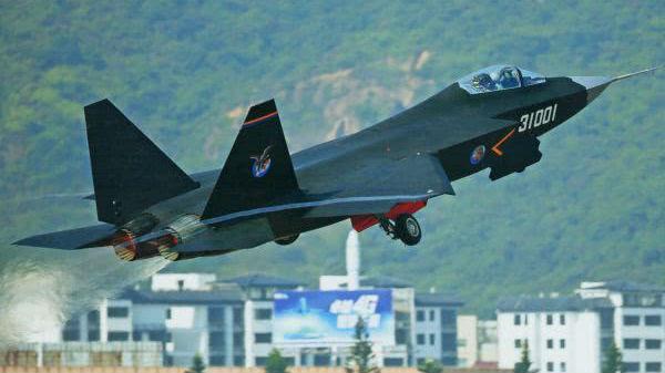 """外媒猜测FC-31改进型将成为航母舰载机 列出多条""""证据"""""""