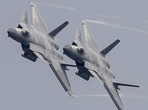 歼-20战机献礼空军纪念日