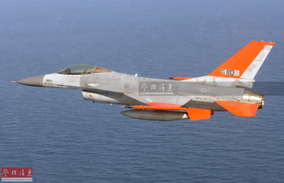 "QF-16无人靶机由早期F-16战斗机改装而来,由美国波音公司于2010年研发,是现役三代战机中第一种实现""无人化""改装的。图为试飞中的QF-16,可见座舱中没有飞行员。26"