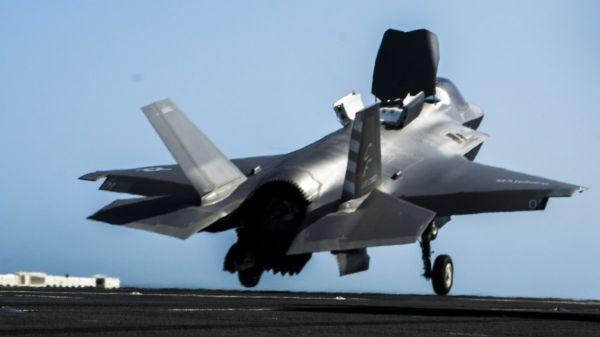 资料图片:美军F-35B隐身战机离舰瞬间。