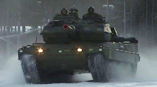 冰上漂移!瑞典豹2坦克练结冰路面行驶