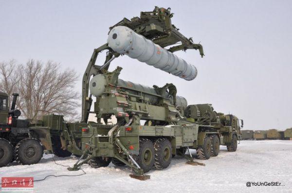 资料图:S-400装弹车为发射车吊装发射筒。