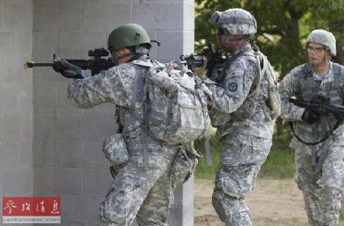 美军士兵在佛罗里达州一处军营进行城市战训练。(美国《防务新闻》周刊网站)