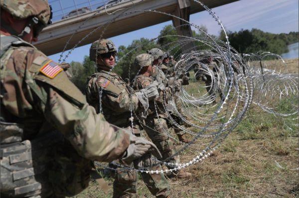 美军正在边境部署带有倒刺的铁丝网。