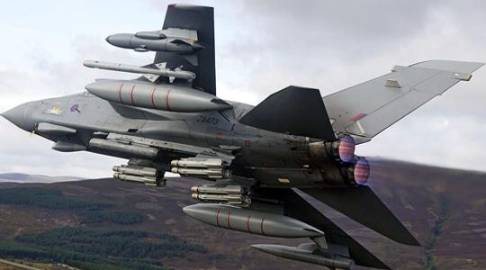 """同时灭6辆坦克!英军""""狂风""""连发导弹"""