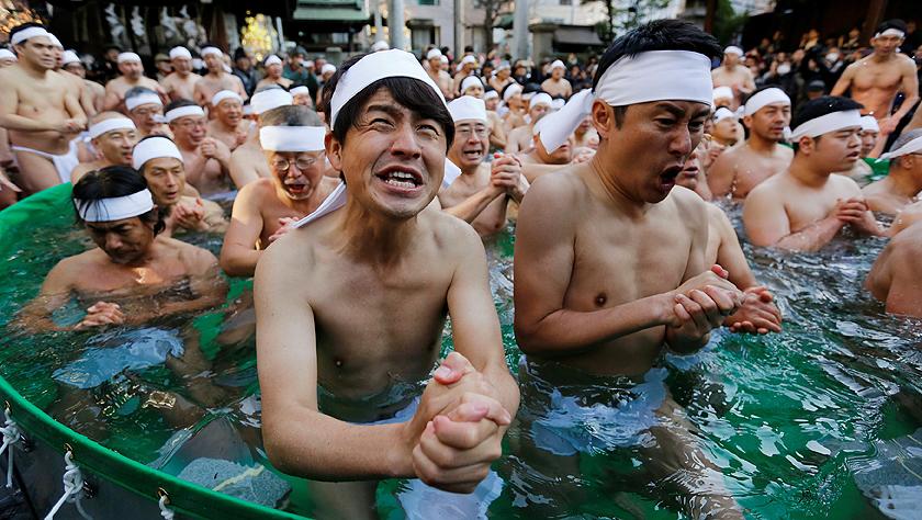 辞旧岁迎新年:日本民众沐浴冰水 希冀身体健康