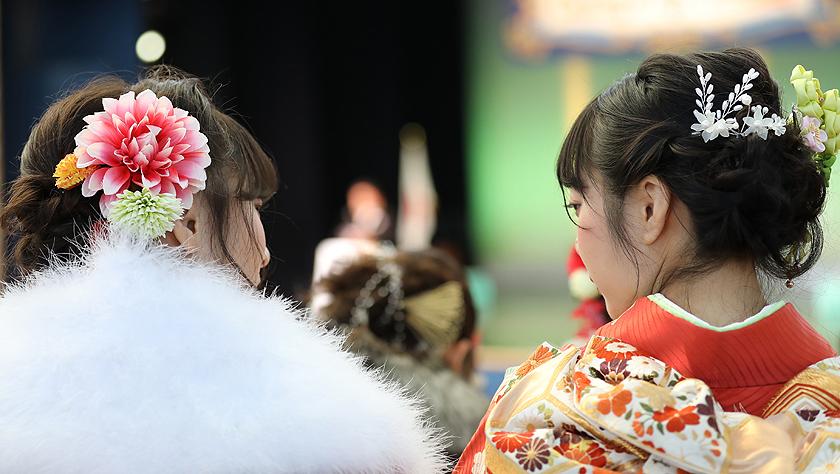 """日本青年男女盛装参加""""成人礼"""""""