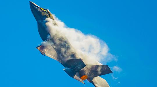也会落叶飘!美F-35隐身战机秀空战机动