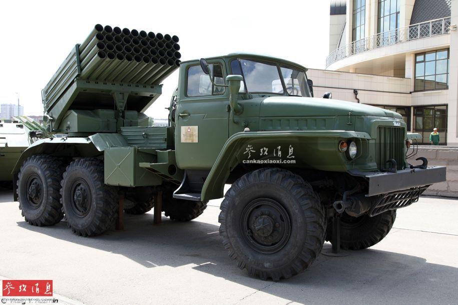"""BM-21""""冰雹""""是目前世界上装备数量最大(产量超1.1万门)的自行多管火箭炮之一,与后辈BM-30""""龙卷风""""一同出自俄罗斯图拉合金精密仪表设计局旗下。其最初于1963年投产,1964年装备苏联陆军炮兵部队,参加过自越战以来的多场局部战争,在近年的叙利亚内战和伊拉克反恐战争中均能看到其身影。"""