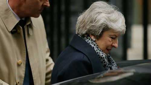 """英首相挺过不信任动议表决 政界人士呼吁""""二次公投"""""""