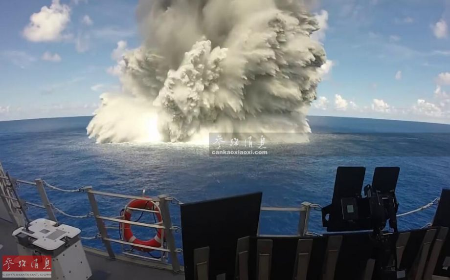 """""""全舰抗冲击测试""""具体是通过预设在水下的炸药(模拟敌军鱼雷、水雷或航空炸弹的近失弹),在可控深度和(距离舰艇)一定距离上引爆,以此来检验舰艇及搭载设备抗水下冲击波打击的能力。以""""杰克逊城""""号为例,该舰共进行了3次测试,每次都引爆了一枚454公斤级水下炸药,颇有实战氛围。"""