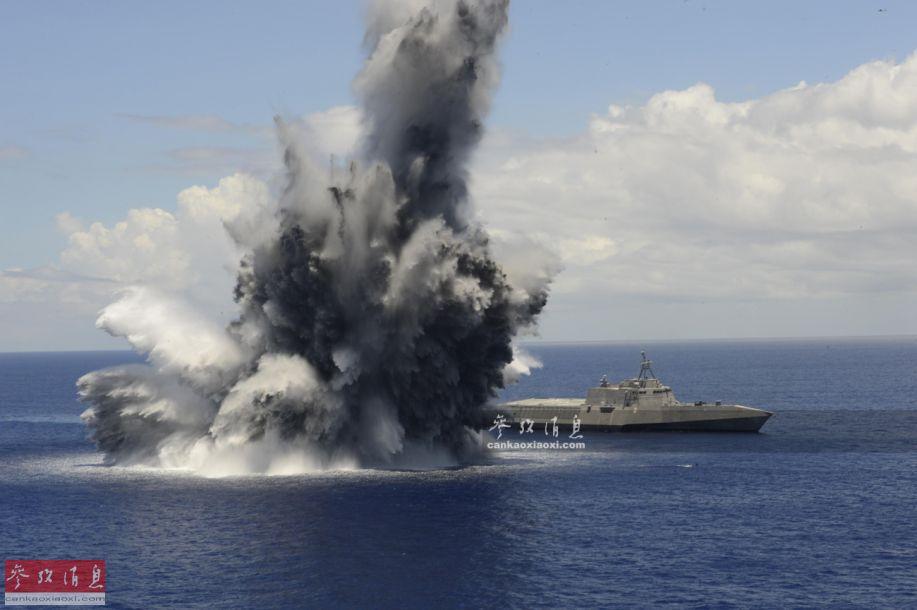 """近日,美海军在网上公布了2016年9月,""""杰克逊城""""号(LCS-6,独立级三体战舰的3号舰)濒海战斗舰进行""""全舰抗冲击测试""""(FSST)的视频,该测试是""""交付前海试""""中的重要项目。图为""""杰克逊城""""号进行抗冲击测试水下爆炸瞬间。8"""