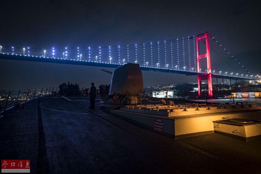 美海军舰员聚集到舰艏,拍摄大桥夜景照片。