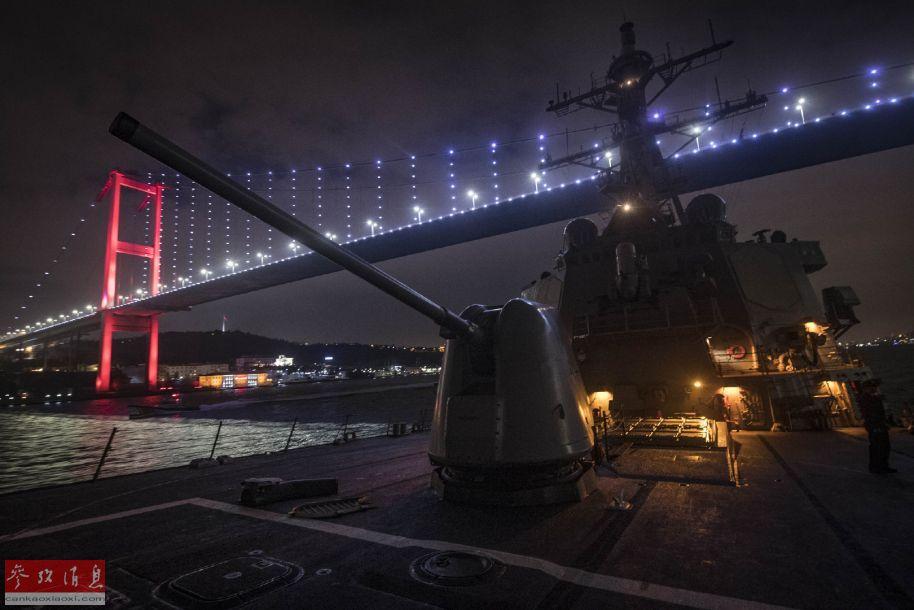 """1月19日晚,美海军""""库克""""号(DDG-75)导弹驱逐舰从爱琴海穿过达达尼尔海峡进入马尔马拉海,下一步将通过博斯普鲁斯海峡进入黑海,该舰是俄乌刻赤海峡危机之后首艘进入黑海的美军导弹驱逐舰。图为""""库克""""号通过博斯普鲁斯海峡大桥时的夜景照片。2"""