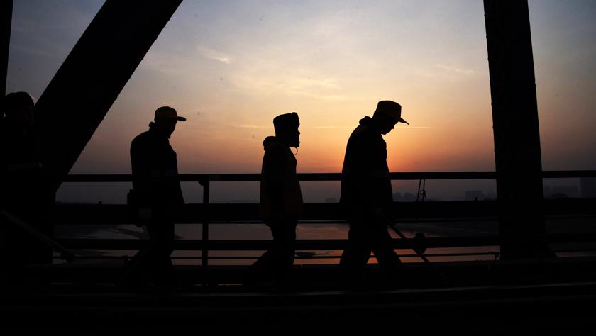 """百年铁路大桥上的""""守望者"""""""