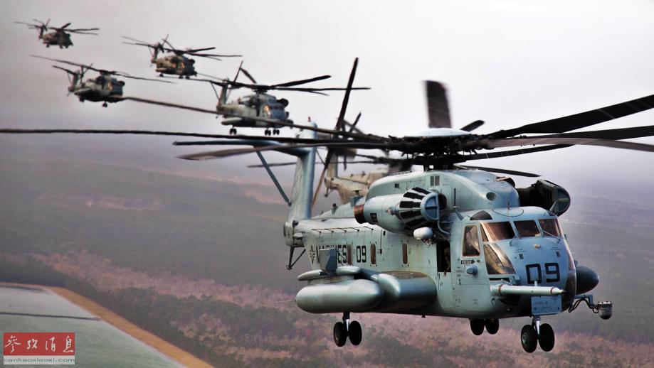 伴飞视角拍摄的美陆战队CH-53E重型直升机群以密集编队飞行特写照。