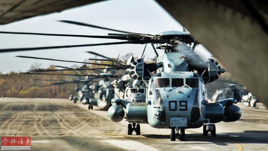 """近日,驻北卡罗来纳州的美海军陆战队基地公布一组CH-53E""""超级种马""""重型运输直升机,进行密集编队飞行训练的图片,颇具视觉冲击力。图为CH-53E机群列队准备起飞。59"""