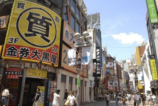 行人走在日本东京街头。