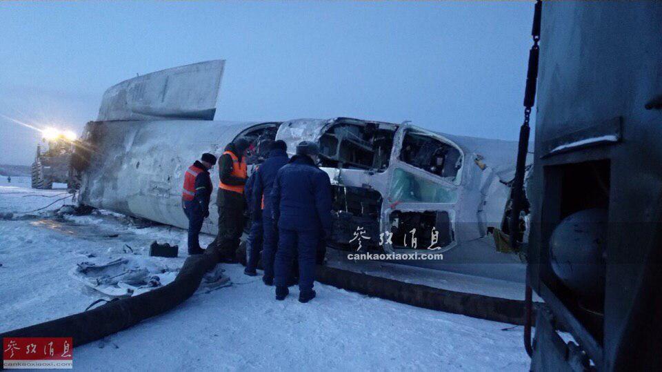 1月22日,俄空天军一架图-22M3战略轰炸机在摩尔曼斯克州空军基地附近进行飞行训练时,突遇降雪,在进行紧急迫降时因进场速度过快,机体在接触跑道后不久便解体,后直接起火爆炸,最终造成3名机组丧生,1人重伤。近半世纪来,图-22M3一直是俄军远程空中打击力量的主力之一。图为1月22日坠机事件后,俄军人员在图-22M3的驾驶舱残骸附近进行检查。56