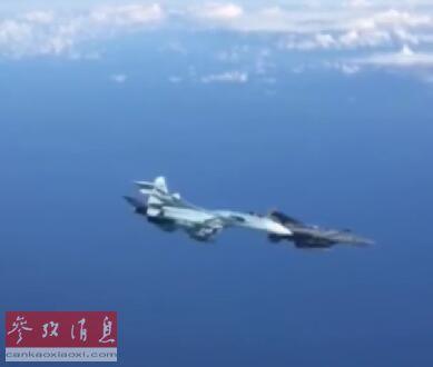 """近日,俄空天军飞行员在社交网络上曝光独家视频,显示一架美空军F-15C战机在抵近监视俄军侦察机时,遭到负责护航的俄军苏-27战机近距离逼近,并被后者驱离,危险程度堪称""""空中拼刺刀""""图为从俄军侦察机上拍摄的,俄军苏-27近距离逼退美军F-15视频截图。53"""