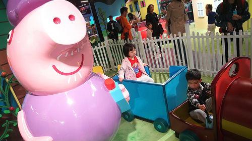 法媒:小猪佩奇成中国新年超级明星 衍生品畅销全国