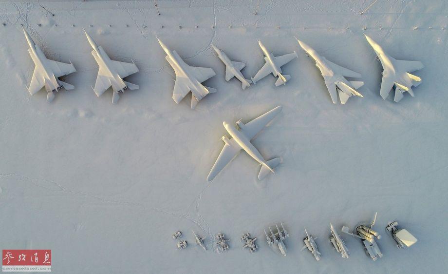 无人机从更高高度航拍的军机群,可见机型种类十分丰富,包括米格-25、米格-25UB(双座教练型)及米格-31截击机、雅克-38短垂战机、苏-25攻击机、苏-24战斗轰炸机、苏-27战斗机及里-2运输机。