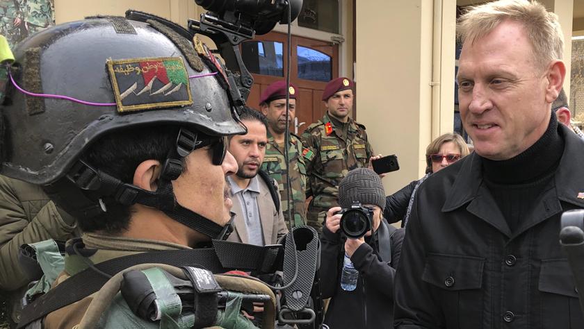美国代理防长访问阿富汗