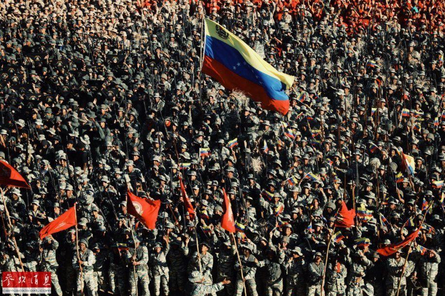 高举委内瑞拉国旗的参演士兵集群。