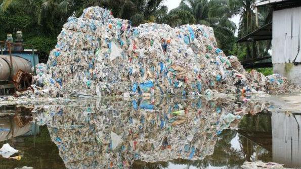 英媒:全球废塑料涌入马来西亚 1.7万吨垃圾淹没当地小镇