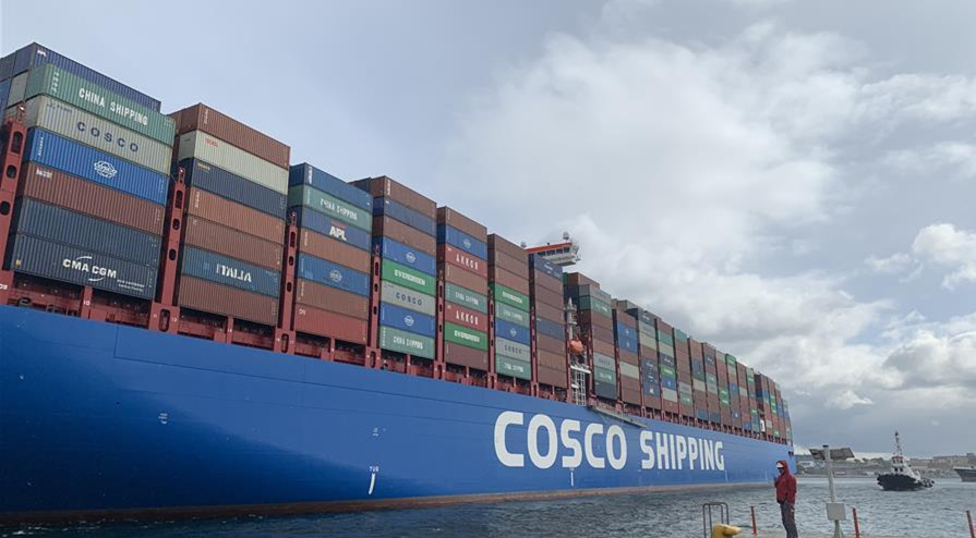 中国超大?#22270;?#35013;箱货轮抵达希腊比港