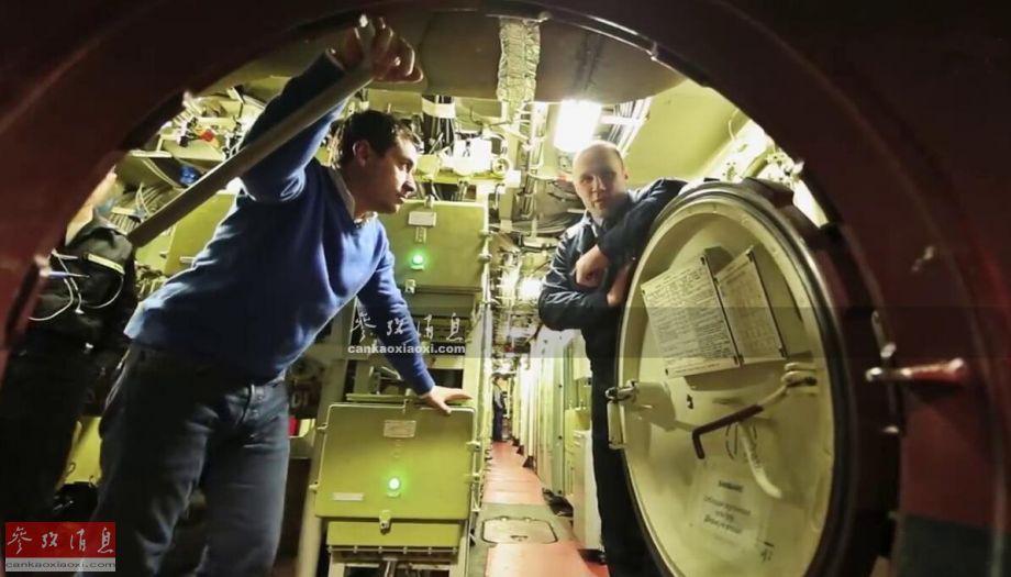 """近日,俄媒记者首次有机会登上俄海军最新""""喀山""""号(K-561)核潜艇采访,罕见高调公开了该艇的众多内部舱室细节,本文就此为您简析这种被西方媒体称为""""美海军最大噩梦""""的俄军最新攻击型核潜艇。图为记者在""""喀山""""号内部参观。29"""