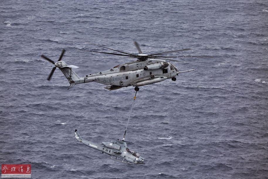 CH-43E直升机将废弃AH-1Z武直吊运至靶场途中。