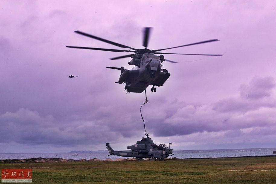 地面上拍摄的CH-53E吊运AH-1Z连续镜头之一,背景还能看到一架UH-1Y运输直升机。