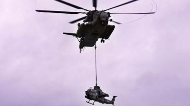 不差钱!美陆战队吊运AH-1Z武直当靶标
