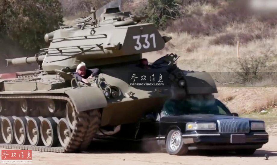 """外国土豪开坦克碾压豪车并不是新鲜事,不过这次开坦克的人物比较特别,著名系列科幻电影《终结者》的主演,阿诺德·施瓦辛格,为方便称呼,影迷通常习惯称他为""""州长""""(施瓦辛格曾于2003年当选加州州长,已于2011年卸任)。和一般土豪开坦克炫富不同,""""州长""""开坦克经常用于慈善事业,而其私人收藏的M47坦克,也有一番故事,本图集就此进行简析。图为""""州长""""驾驶M47坦克碾压加长型林肯豪车。14"""